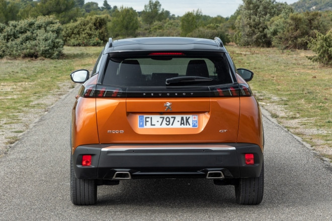 Neuer Peugeot 2008 in Orange, Heck, kommt 2020