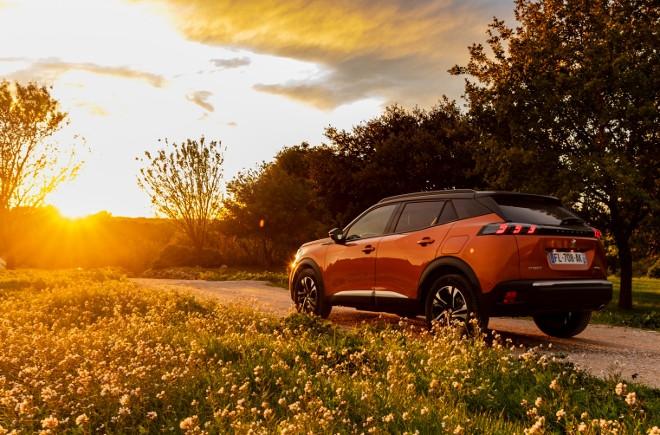 Neuer Peugeot 2008 GT in Orange, von der Seite, kommt 2020, Seitenansicht