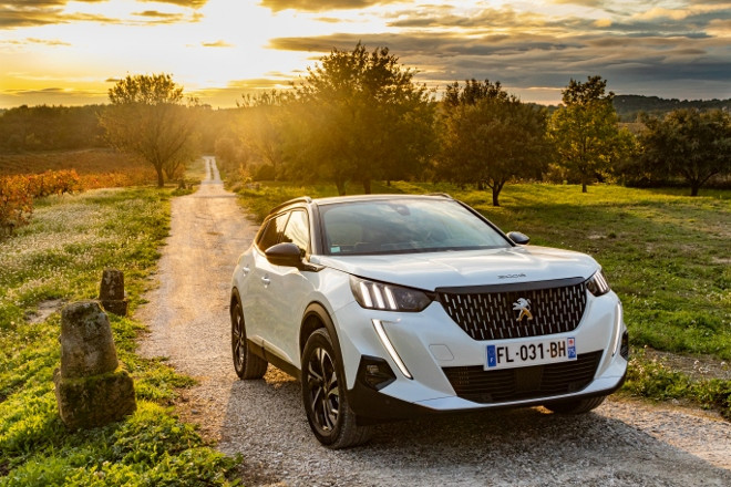 Neuer Peugeot 2008 in Weiss, Front, 2020