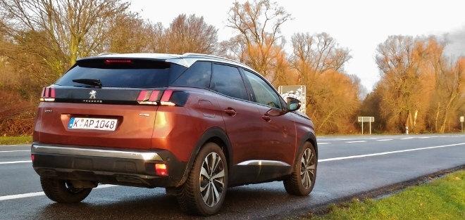 Peugeot 3008 braun, von der Seite, Heck