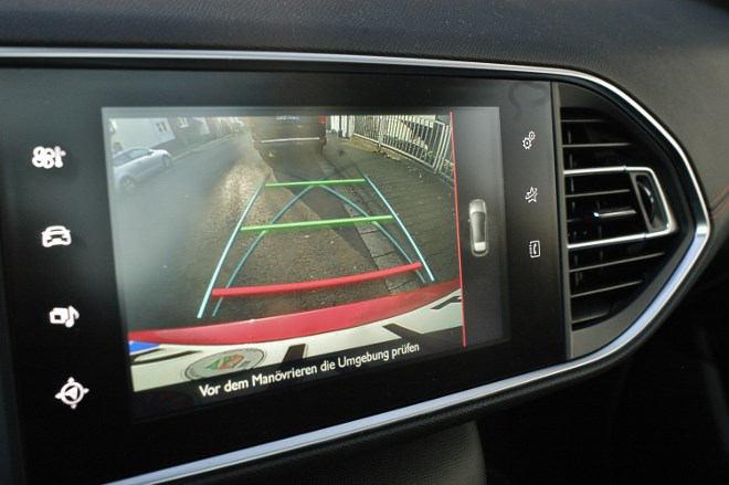 Peugeot 308 GT: Die Rückfahrkamera sorgt für Übersicht