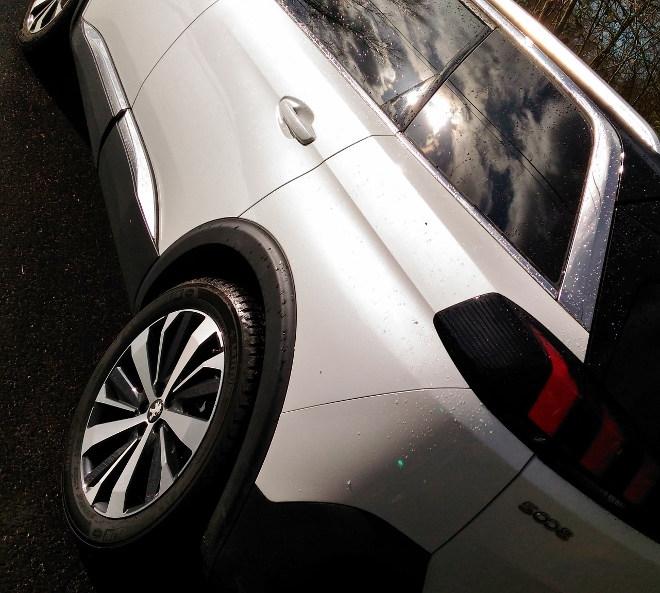Peugeot 5008 GT weiß mit schwarzem Dach, Heck
