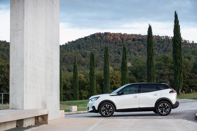 Neuer Peugeot e-2008 in Weiss mit schwarzem Dach, kommt 2020