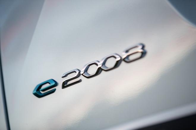 Neuer Peugeot e-2008 in Weiss mit schwarzem Dach, Typenschild, Emblem