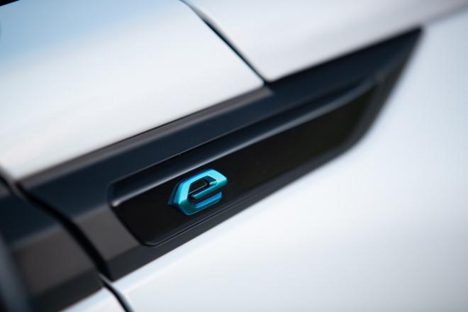 "Neuer Peugeot e-2008, Unterschiede, ""e"" unter der Dachsäule"