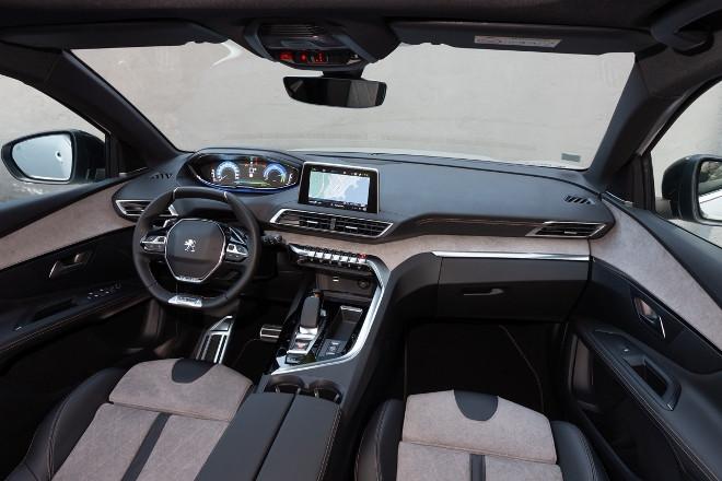 Peugeot 3008 Hybrid4 Armaturenbrett und Vordersitze