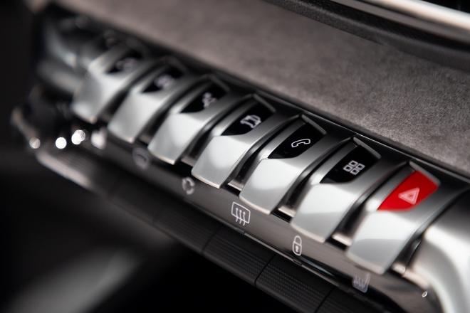 Peugeot 3008 Hybrid4 i-Cockpit, Taten auf der Mittekonsole