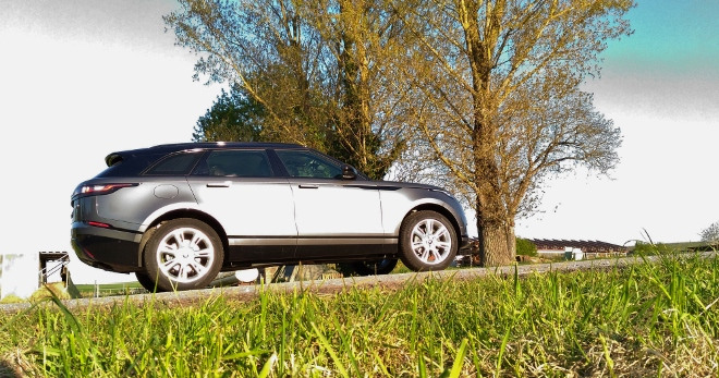 Range Rover Velar in grau / schwarz, Seitenansicht