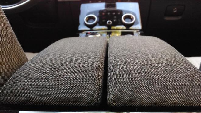 Range Rover Velar grauer Stoff der Mittelkonsole