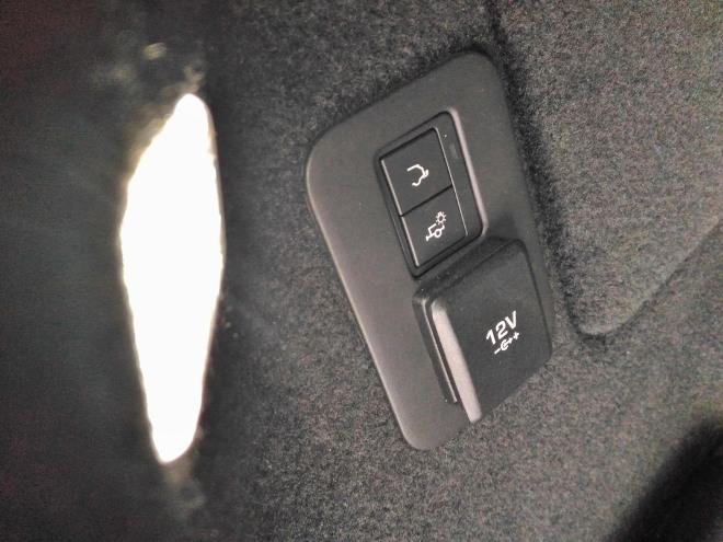 Range Rover Evoque neuer: 12V Stecker im Kofferraum, seitlich
