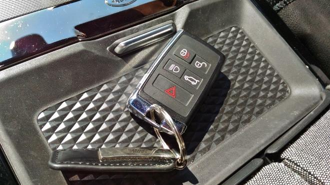 Range Rover Evoque neuer: mobile Ablage zwischen den Vordersitzen