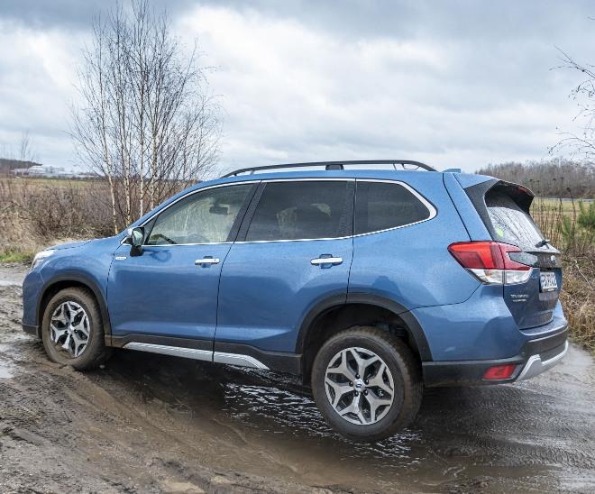 Subaru Forester Hybrid e Boxer Rad von der Erde