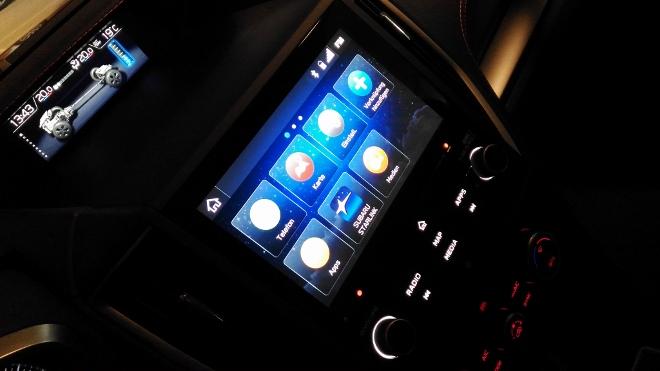 Zwei Bildschirme Subaru XV Hybrid eBoxer
