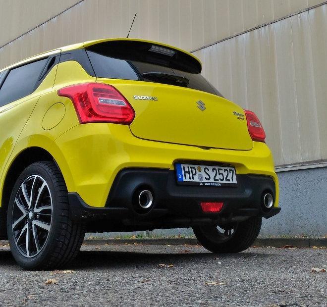 Suzuki Swift Sport Heckansicht mit Auspuff, in gelb
