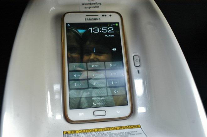 toyota-prius-4-smartphone-ladestation-2017