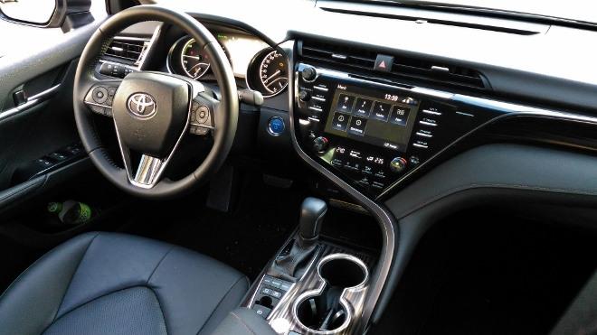 Toyota Camry Hybrid Cockpit und Touchscreen