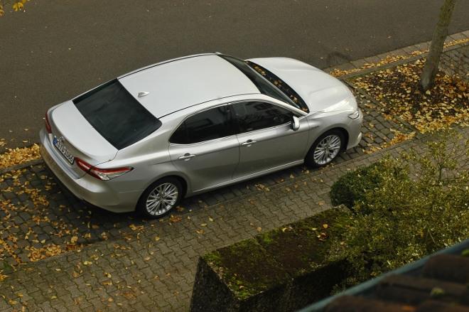 Toyota Camry Hybrid silbern