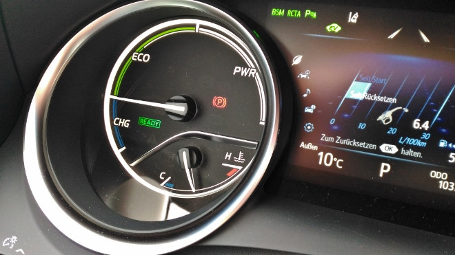 Toyota Camry Hybrid Sparanzeige im Tacho
