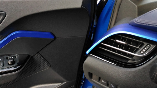 blaue Zierteile im Innenraum des Toyota C-HR Hybrid 2.0 184 PS Facelift