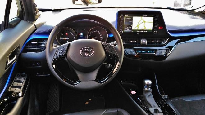 Lenkrad und Cockpit des Toyota C-HR Hybrid 2.0 184 PS Facelift