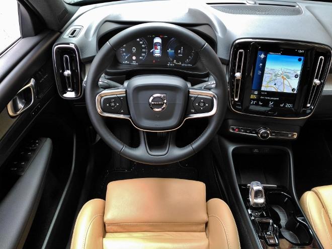 Volvo XC40 Recharge T5 Armaturenbrett, Bildschirm und Lenkrad