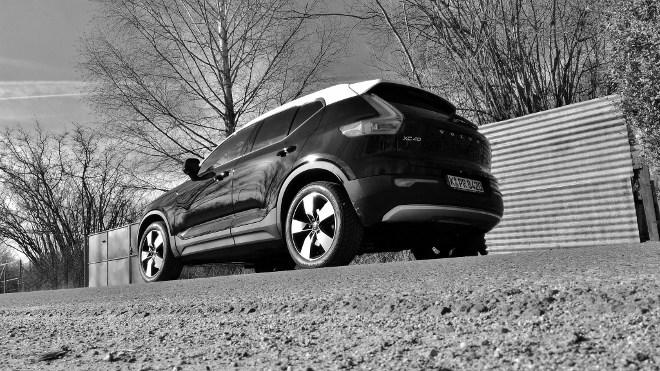 Volvo XC40 schwarz-weiss, Heck, Seite