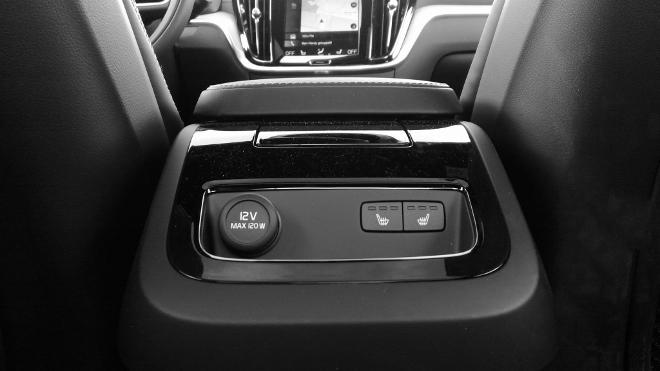 Volvo S60 Recharge T8 Konsole hinten