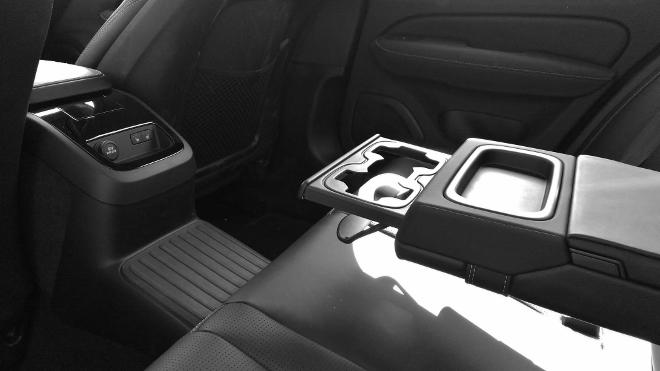 Volvo S60 Recharge T8 Armlehne hinten