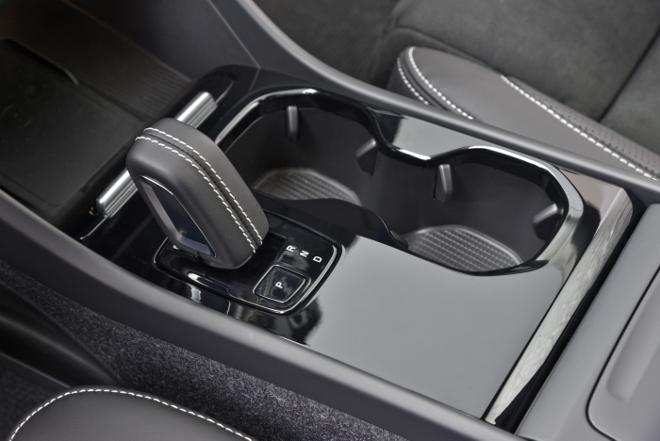 Volvo XC40 Recharge Pure Electric P8 AWD: Volvos Elektro SUV, Automatik Wahlhebel und Ablagen