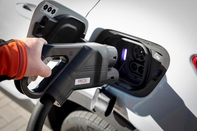 Volvo XC40 Recharge Pure Electric P8 AWD: Volvos Elektro SUV, Ladebuchse und Stecker
