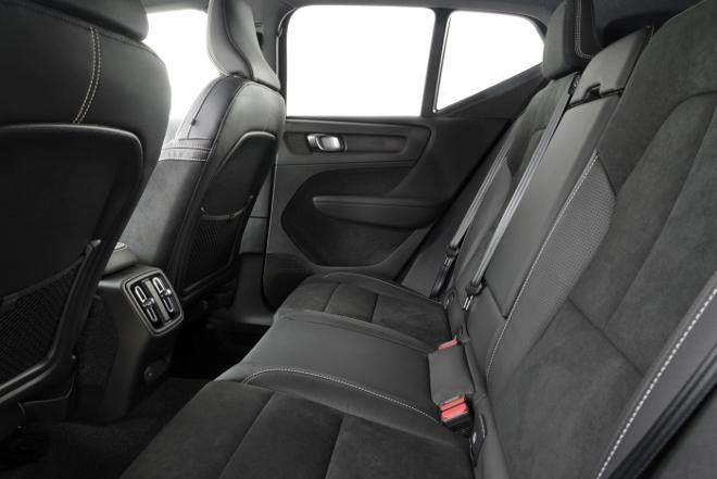 Volvo XC40 Recharge Pure Electric P8 AWD: Volvos Elektro SUV, hinten sitzen auf der Sitzbank