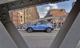 Volvo XC40 Recharge Pure Electric P8 AWD: Volvos Elektro SUV, in Blau