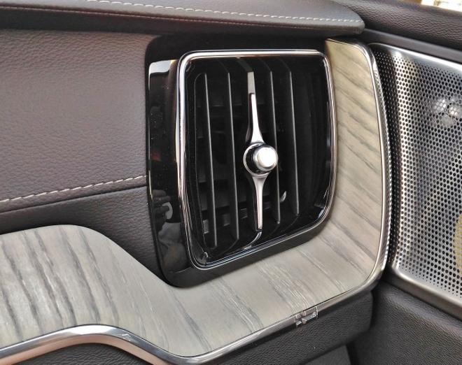 Volvo XC60 B5 Driftwood und Lautsprecher des Soundsystems