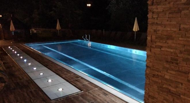 Walchhofer´s Alpenhof in Filzmoos, Schwimmbad abends, Außenpool